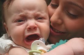 Почему же Ваш малыш плачет? Обычно есть только 2 причины: либо он просто голоден (плохо сосёт, не хватает молока, молоко недостаточно жирное), либо у него что-то болит, обычно это живот.